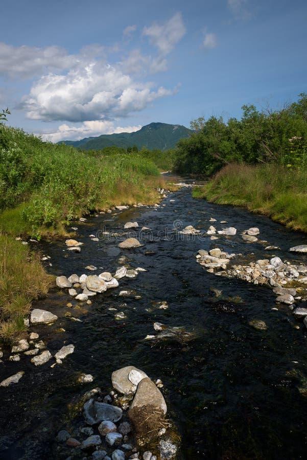 Pequeño río con las rocas en alguna parte en Kamchatka foto de archivo libre de regalías