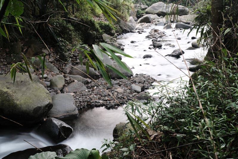 Pequeño río en Indonesia imagen de archivo