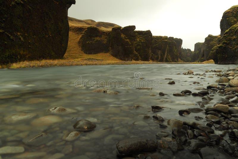 Pequeño río en la isla foto de archivo