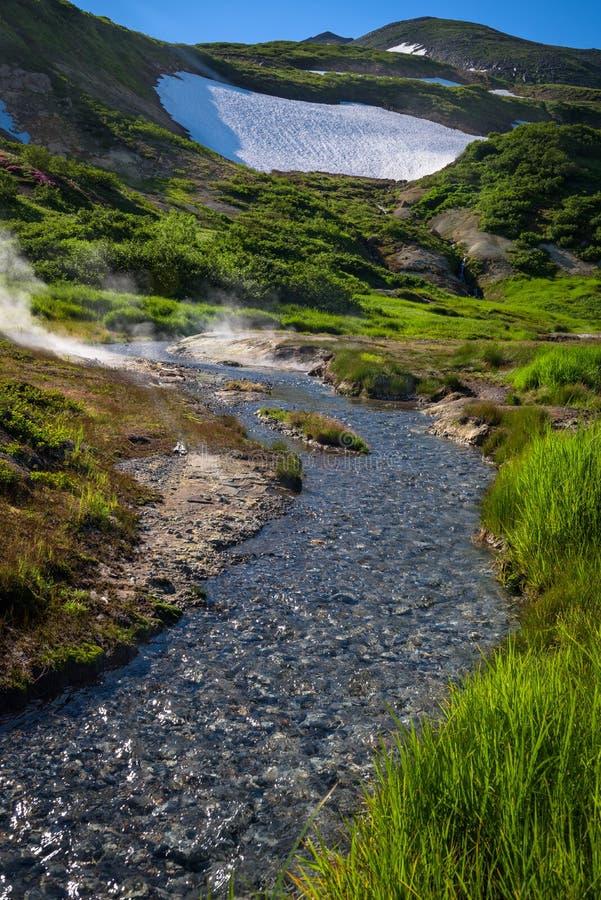 Pequeño río en las cuestas del volcán de Mutnovsky fotos de archivo libres de regalías