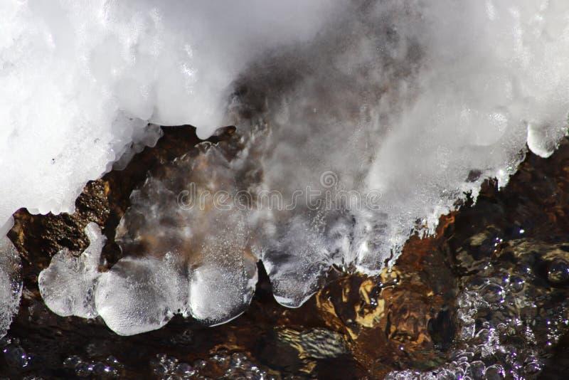 Pequeño río sin hielo en invierno Fondo abstracto del invierno foto de archivo libre de regalías