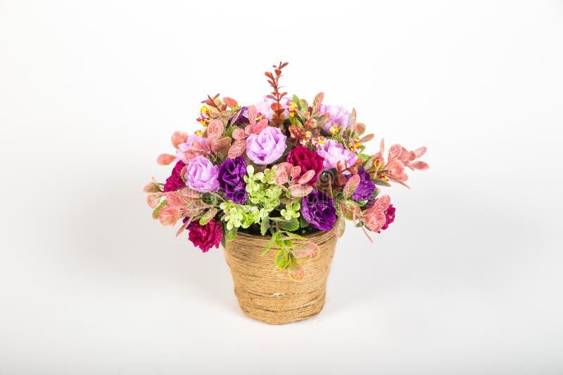 Pequeño ramo de flores artificiales en un florero decorativo imágenes de archivo libres de regalías