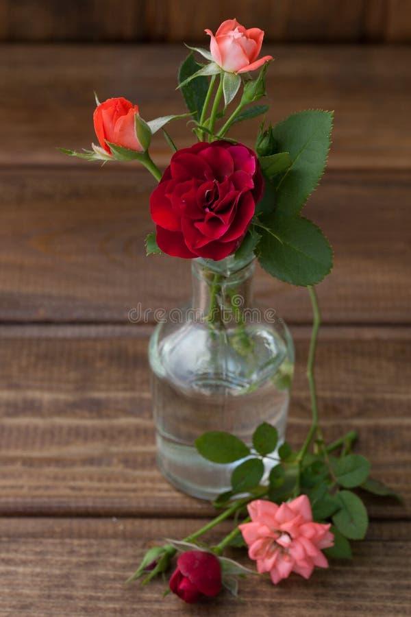 Pequeño ramo de rosas en un fondo de madera foto de archivo libre de regalías
