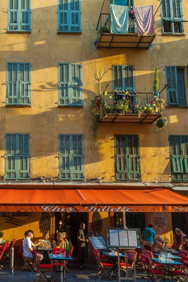 Pequeño restaurante francés típico en la ciudad vieja de Niza imagenes de archivo