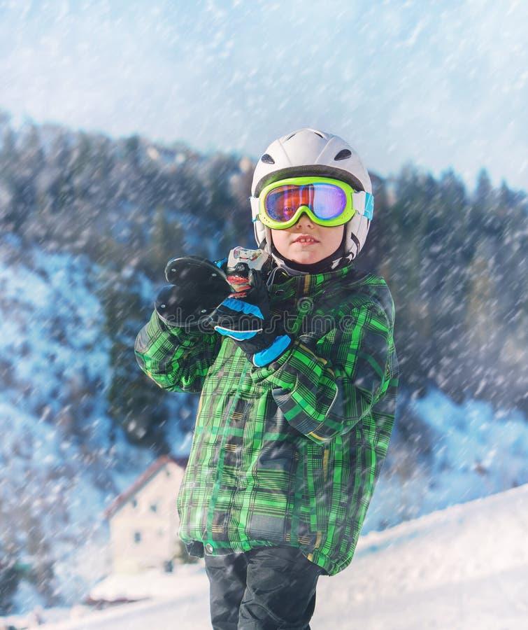 Pequeño retrato del esquiador en el esquí regional imagen de archivo