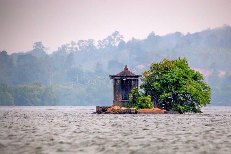 Pequeño santuario en el medio del río en Sri Lanka fotos de archivo