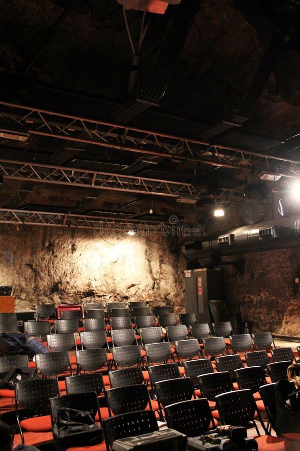 Pequeño teatro moderno en una cueva cerca del viejo ferrocarril fotografía de archivo