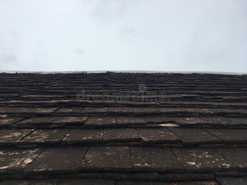 Pequeño tejado cocido de la arcilla en el templo Estilo septentrional de las tejas del vintage de Tailandia imagenes de archivo