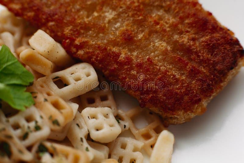 Pequeño teléfono de la llamada de los macarrones italianos con los pescados fritos imágenes de archivo libres de regalías