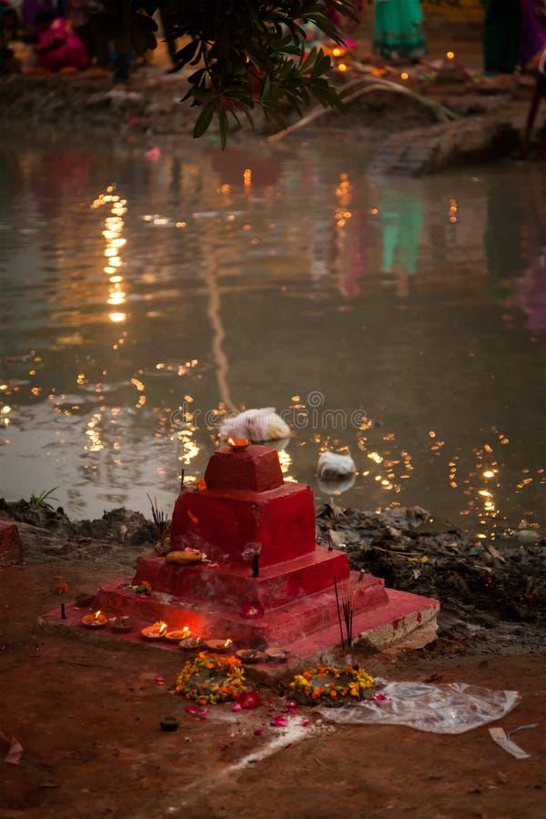 Pequeño templo indio en el lado del río fotos de archivo libres de regalías