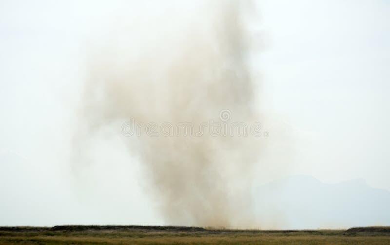 Pequeño tornado sobre la sabana, parque nacional de Amboseli, Kenia fotos de archivo