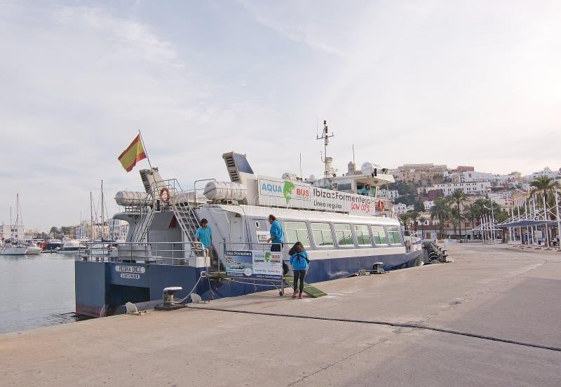 Download Pequeño Transbordador De Aquabus A Formentera Foto editorial - Imagen de océano, planta: 64211541