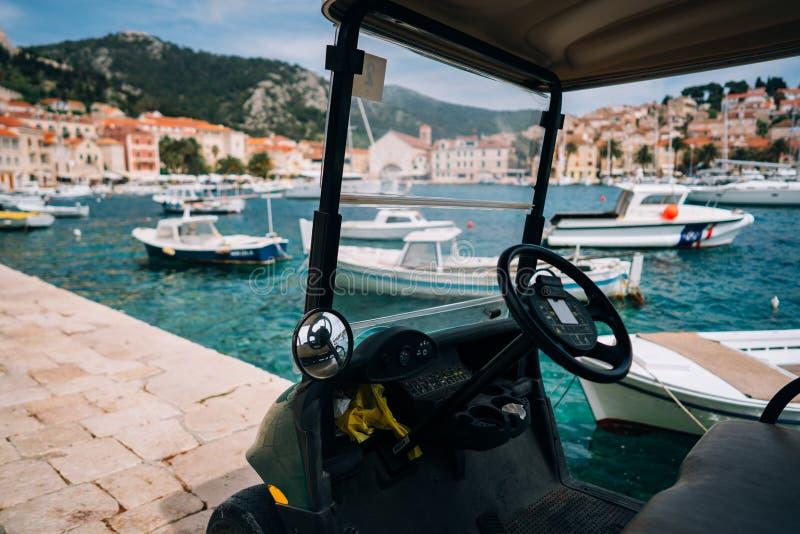 Pequeño vehículo recreativo eléctrico, bahía en el fondo imagenes de archivo