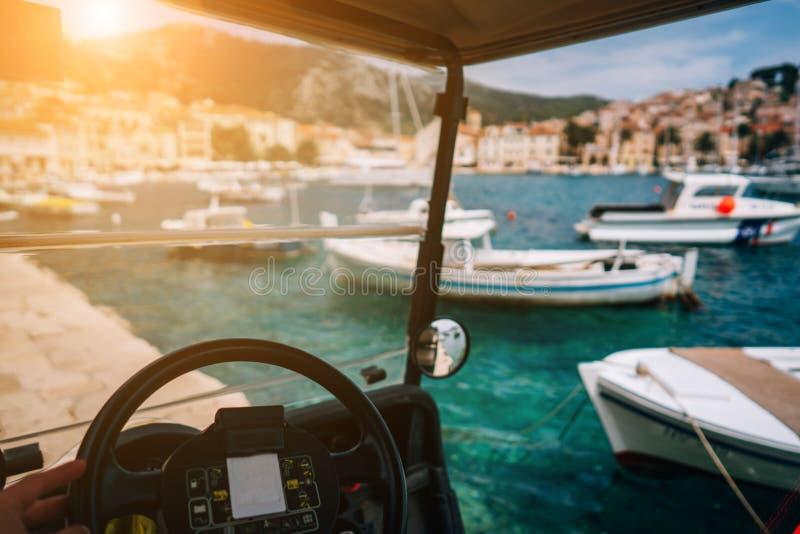 Pequeño vehículo recreativo eléctrico, bahía en el fondo imagen de archivo