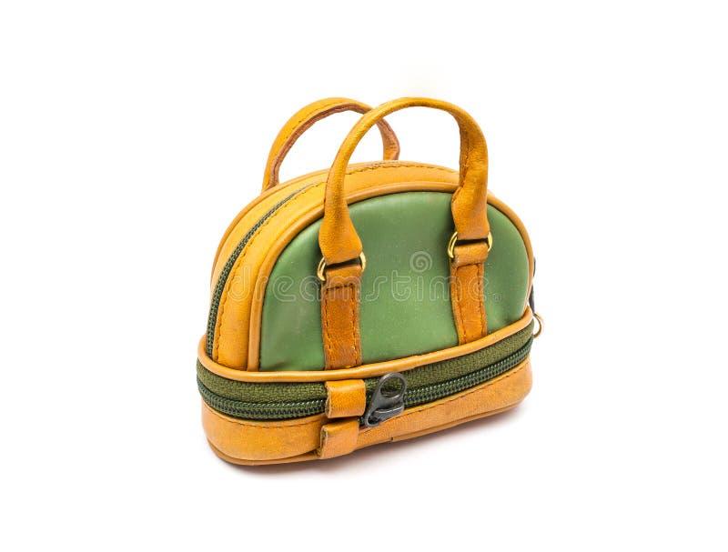 Pequeño verde y bolso del estilo de los bolos de Brown en el fondo blanco aislado imágenes de archivo libres de regalías