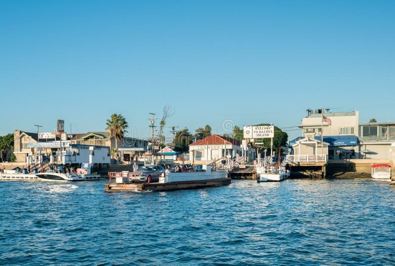 Pequeño viaje en transbordador de coche a la isla del balboa en la playa de Newport fotos de archivo