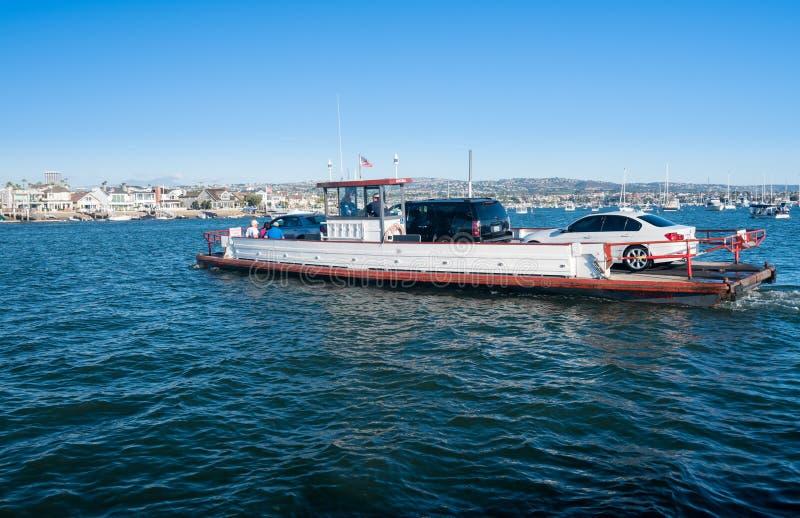 Pequeño viaje en transbordador de coche a la isla del balboa en la playa de Newport foto de archivo