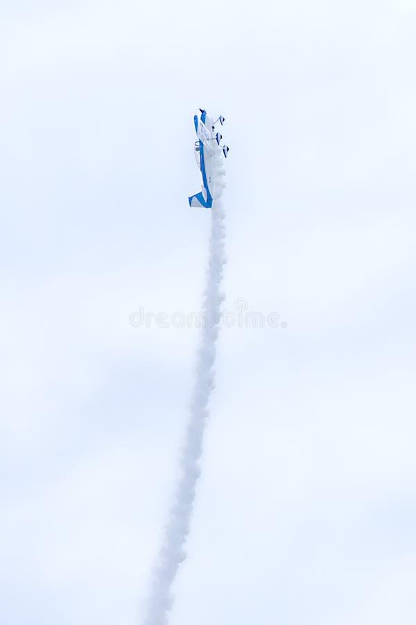 Pequeño vuelo plano de la fuerza aérea de los E.E.U.U. derecho para arriba en 90 grados mientras que se realiza en un salón aeron imagen de archivo libre de regalías