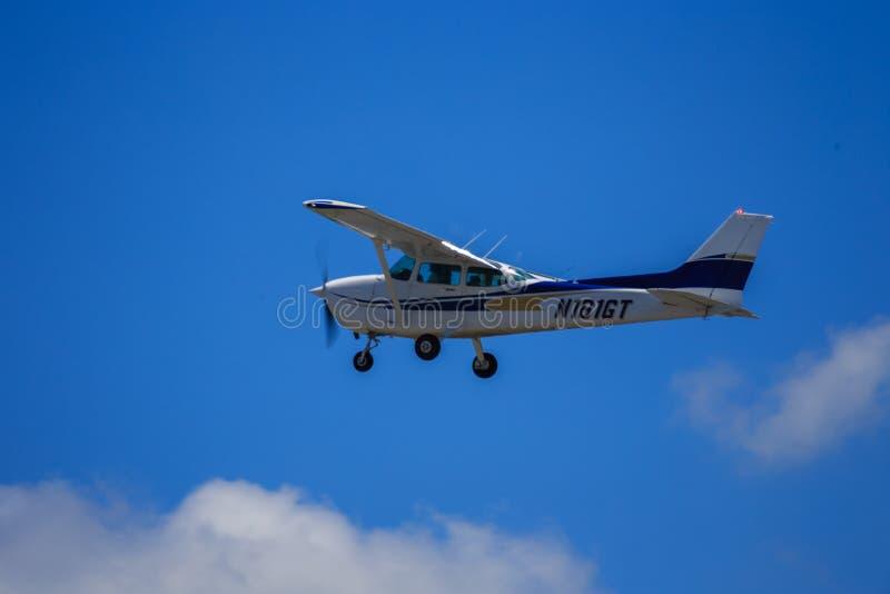 Pequeño vuelo privado de los aviones en nubes imagen de archivo libre de regalías