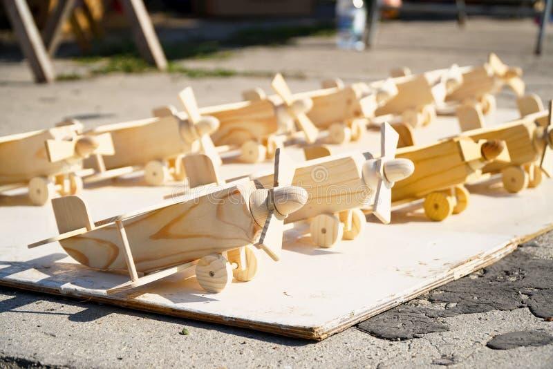 Pequeños aviones de madera del juguete foto de archivo