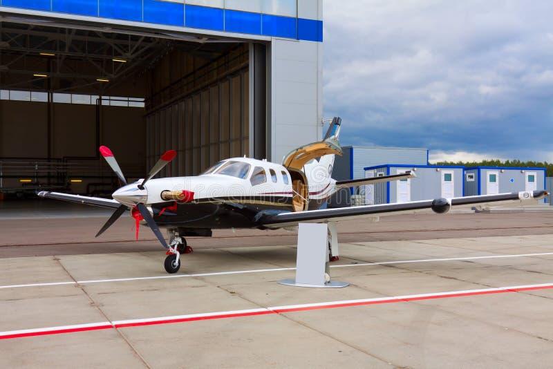 Pequeños aviones privados del propulsor con un motor fotografía de archivo libre de regalías