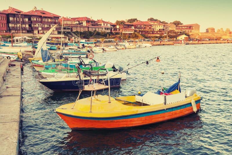 Pequeños barcos de madera en Nesebar imagenes de archivo