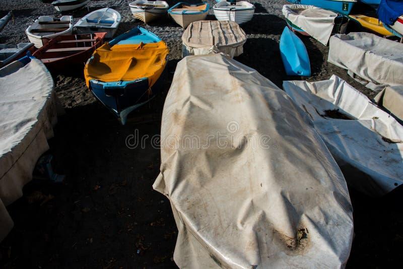 Pequeños barcos de pesca amarrados y cubiertos fotografía de archivo libre de regalías