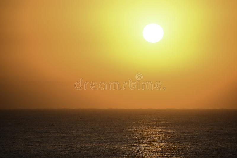 Pequeños barcos de pesca en curso en un océano Sun-encendido brillante, Uvongo, Suráfrica fotografía de archivo libre de regalías