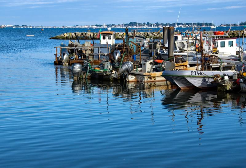 Pequeños barcos de pesca en el puerto de Poole fotos de archivo libres de regalías