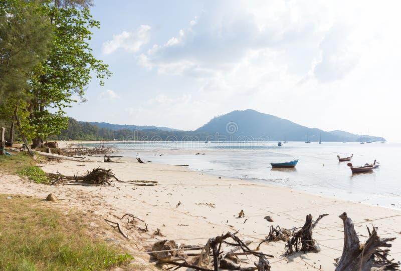 Pequeños barcos de pesca parqueados en la playa imágenes de archivo libres de regalías
