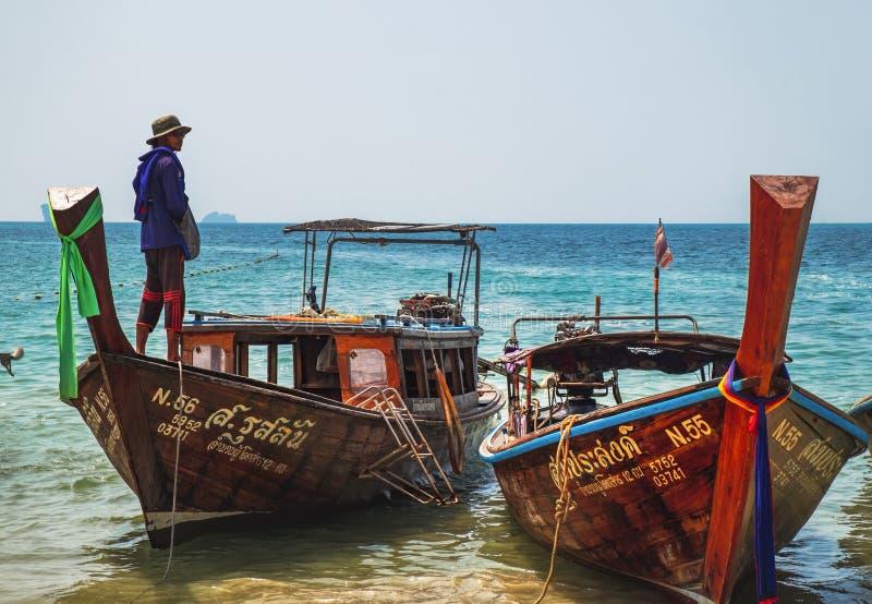 Pequeños barcos de pesca tailandeses atracados a la playa de Krabi fotografía de archivo