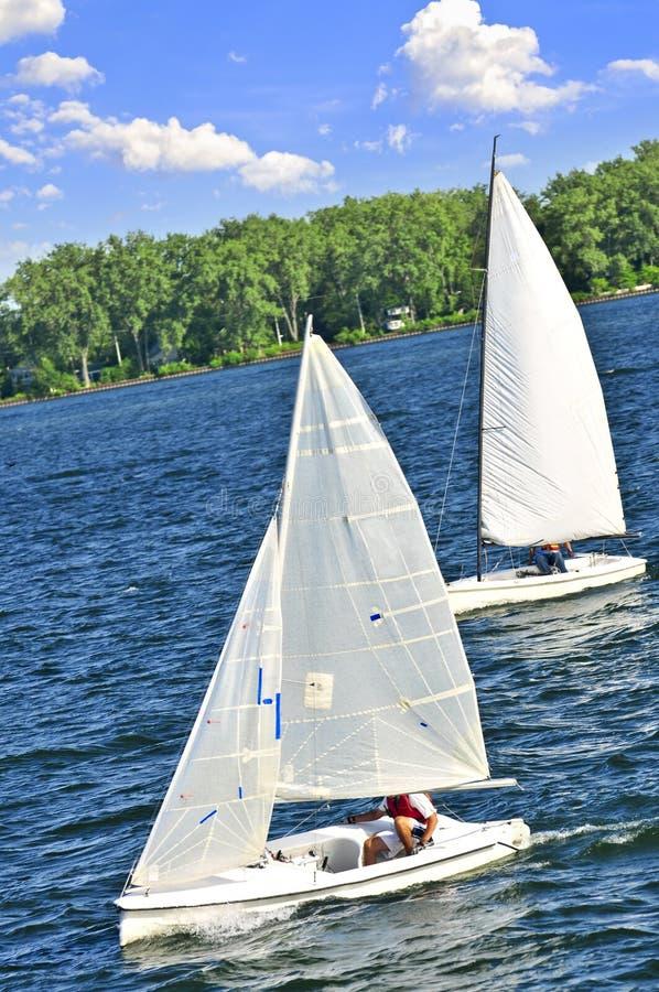 Pequeños barcos de vela imagen de archivo libre de regalías