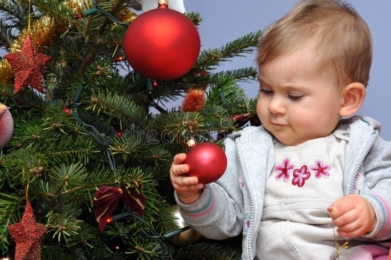 Pequeños bebé y árbol de navidad foto de archivo libre de regalías
