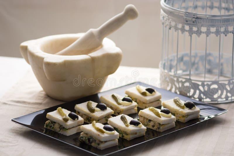 Pequeños bocados con la ensalada, los pepinos y las aceitunas foto de archivo