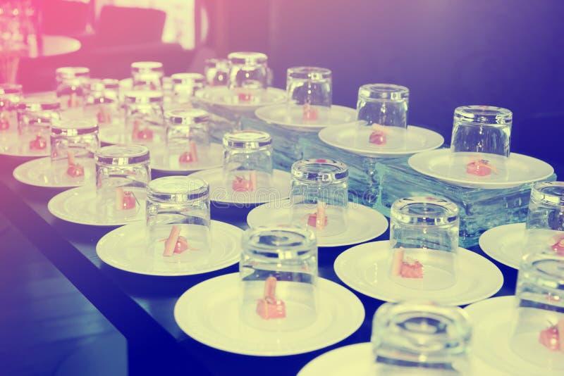 Pequeños bocados de color salmón cubiertos con los vidrios fotos de archivo libres de regalías