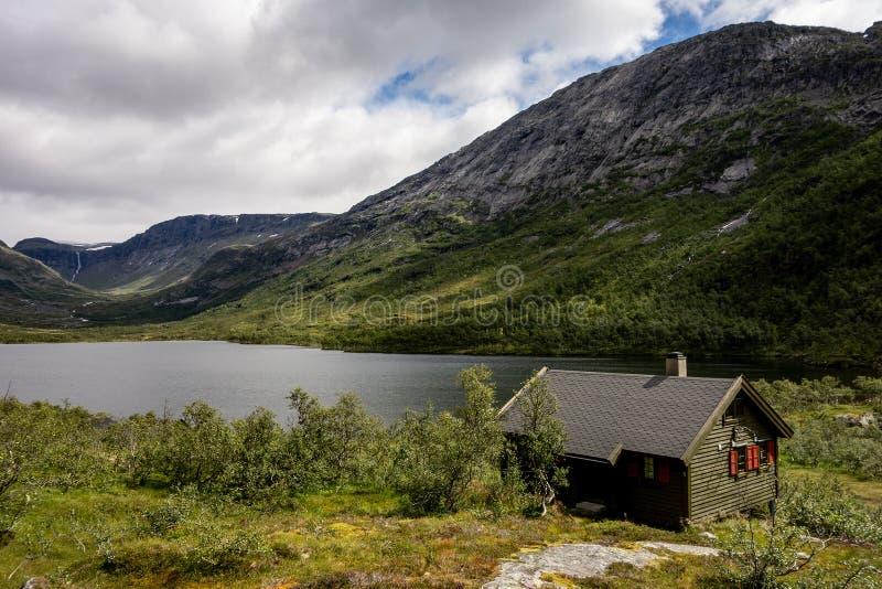 Pequeños cabaña y lago verdes Grytingsvatnet cerca de la ciudad de Kinsarvik en Noruega imágenes de archivo libres de regalías