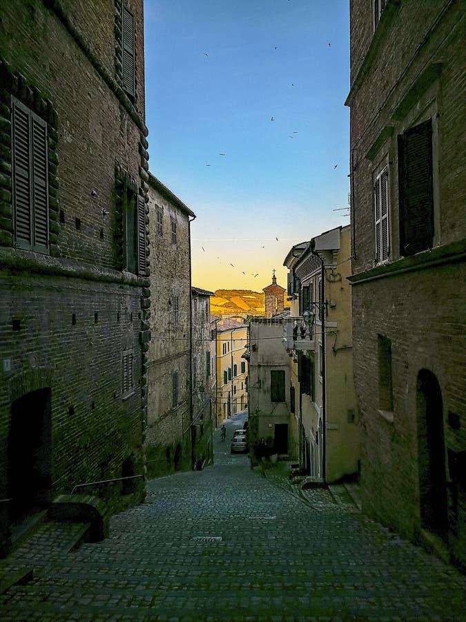 Pequeños callejones y arcadas en el centro medieval de Jesi, Italia imagenes de archivo