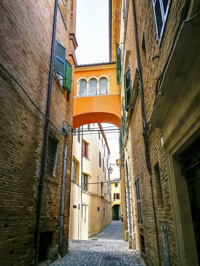 Pequeños callejones y arcadas en el centro medieval de Jesi, Italia imagen de archivo