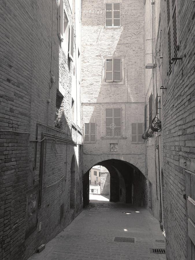 Pequeños callejones y arcadas en el centro medieval de Recanati, Italia imagenes de archivo