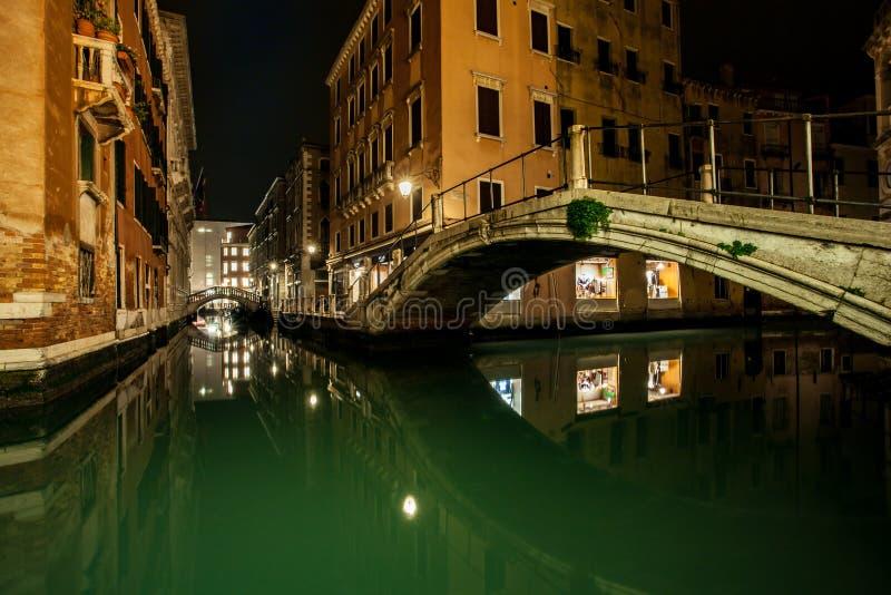 Pequeños canal y puentes en la ciudad Venecia de la laguna en la noche E larga fotografía de archivo