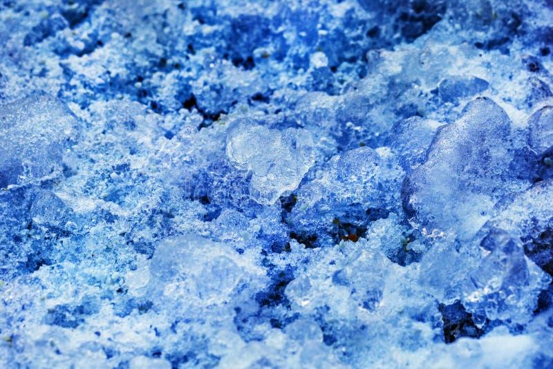 Pequeños carámbanos en luz azulada foto de archivo libre de regalías