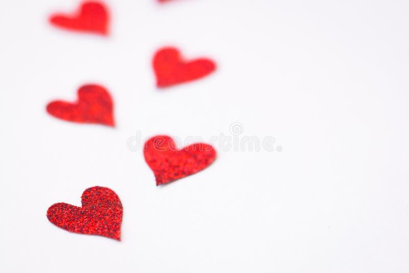 Pequeños corazones rojos hechos a mano Aislado ` S de la tarjeta del día de San Valentín o concepto de la postal del día del ` s  imagenes de archivo