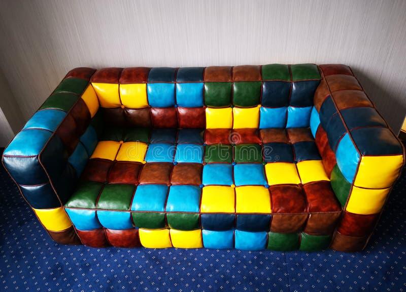 Pequeños cuadrados coloreados sofá de cuero imagen de archivo libre de regalías