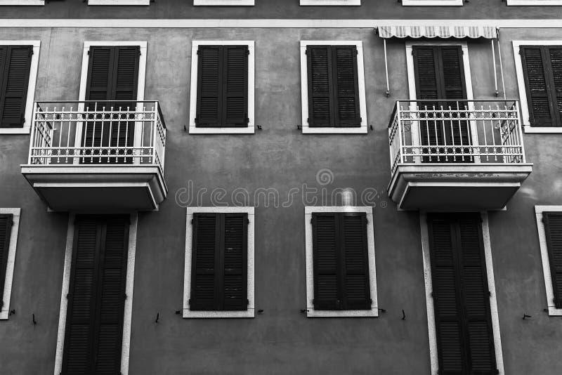 Pequeños cuartos del apartamento con los balcones idénticos fotos de archivo