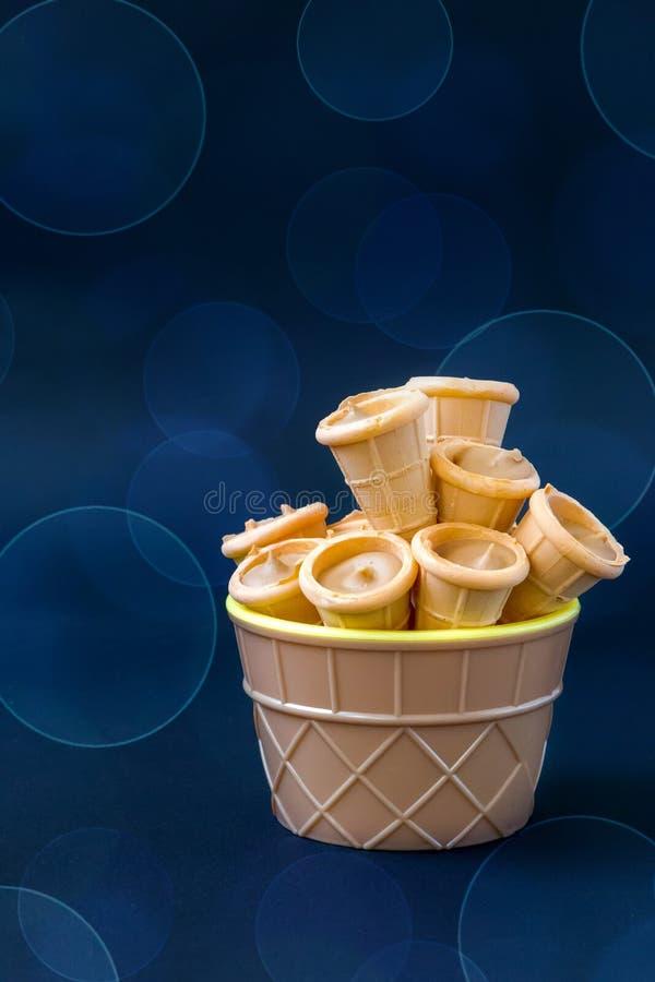 Pequeños cuernos de tortas en un fondo azul fotos de archivo libres de regalías