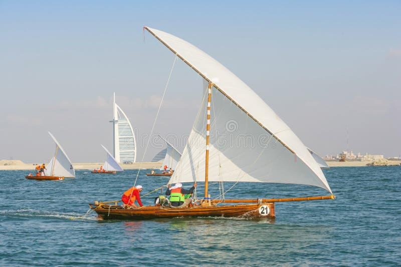 Pequeños Dhows que compiten con de Dubai fotos de archivo libres de regalías