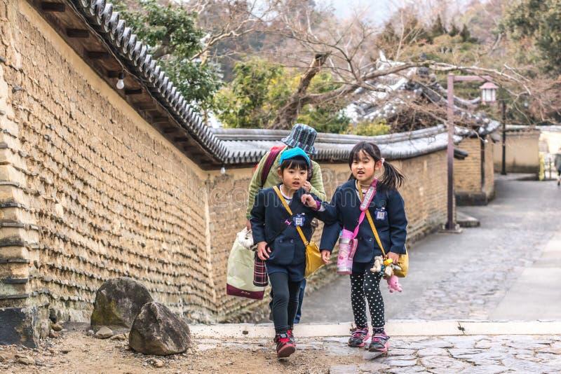 Pequeños escolares japoneses foto de archivo