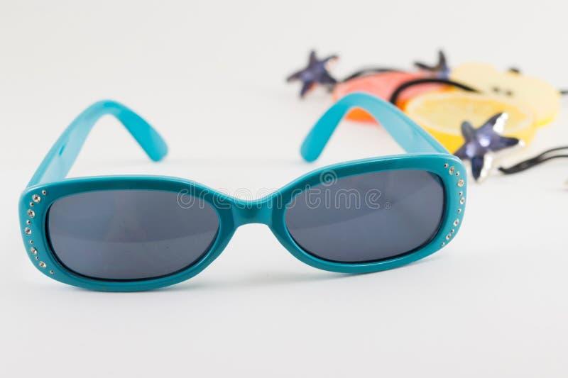 Pequeños gafas de sol y accesorios azules de los niños fotos de archivo libres de regalías