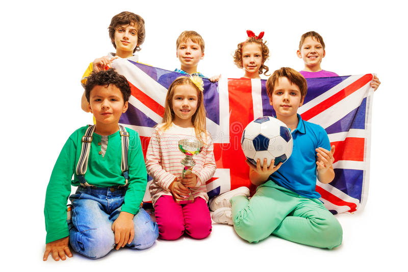 Pequeños ganadores ingleses del fútbol con la taza y la bola foto de archivo libre de regalías