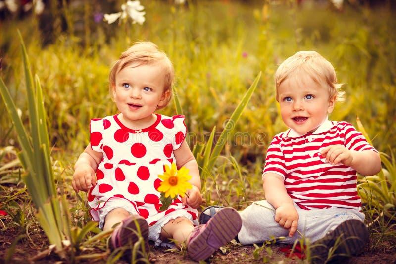 Pequeños gemelos divertidos imagen de archivo libre de regalías